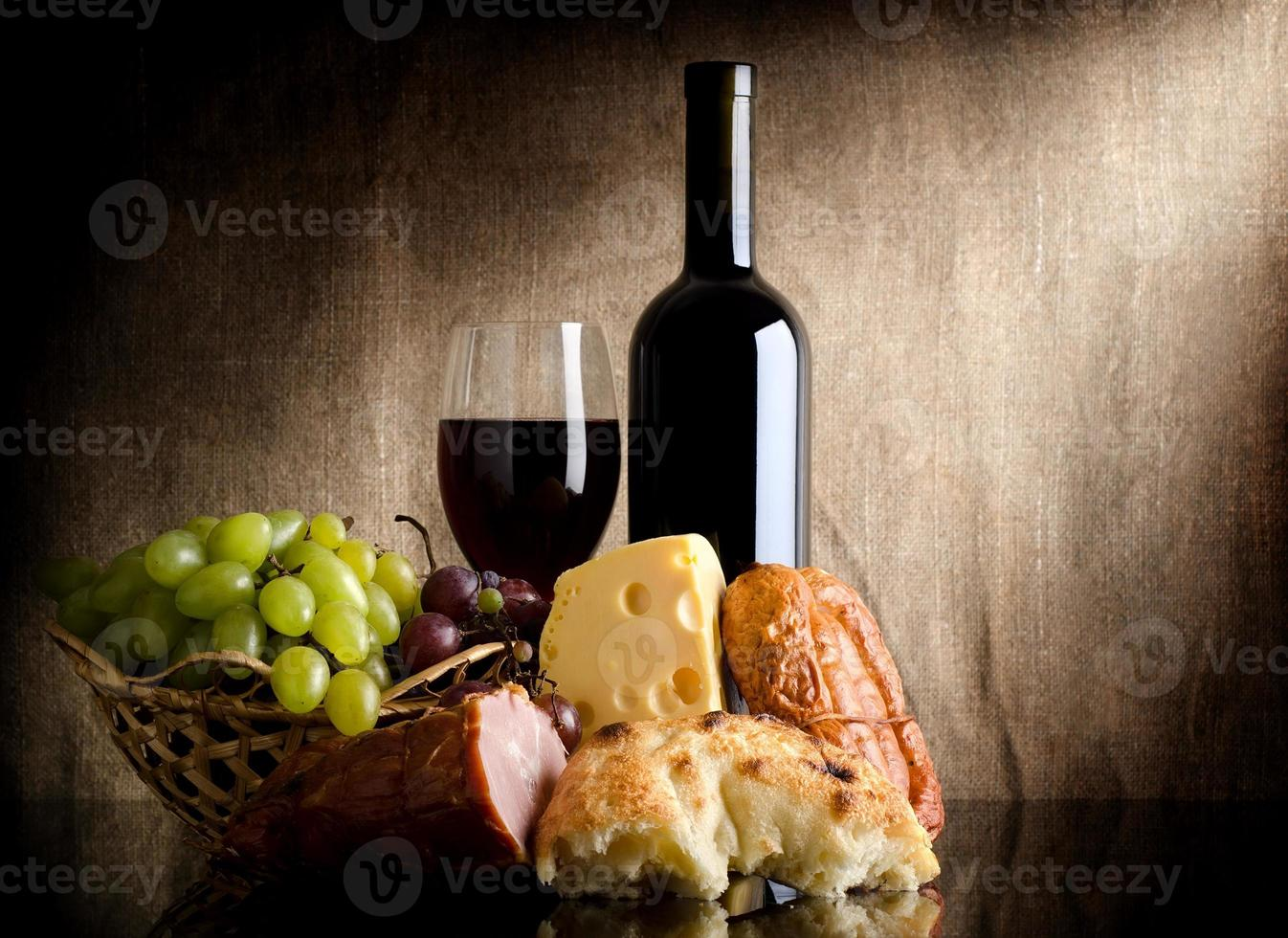 garrafa de vinho e comida foto