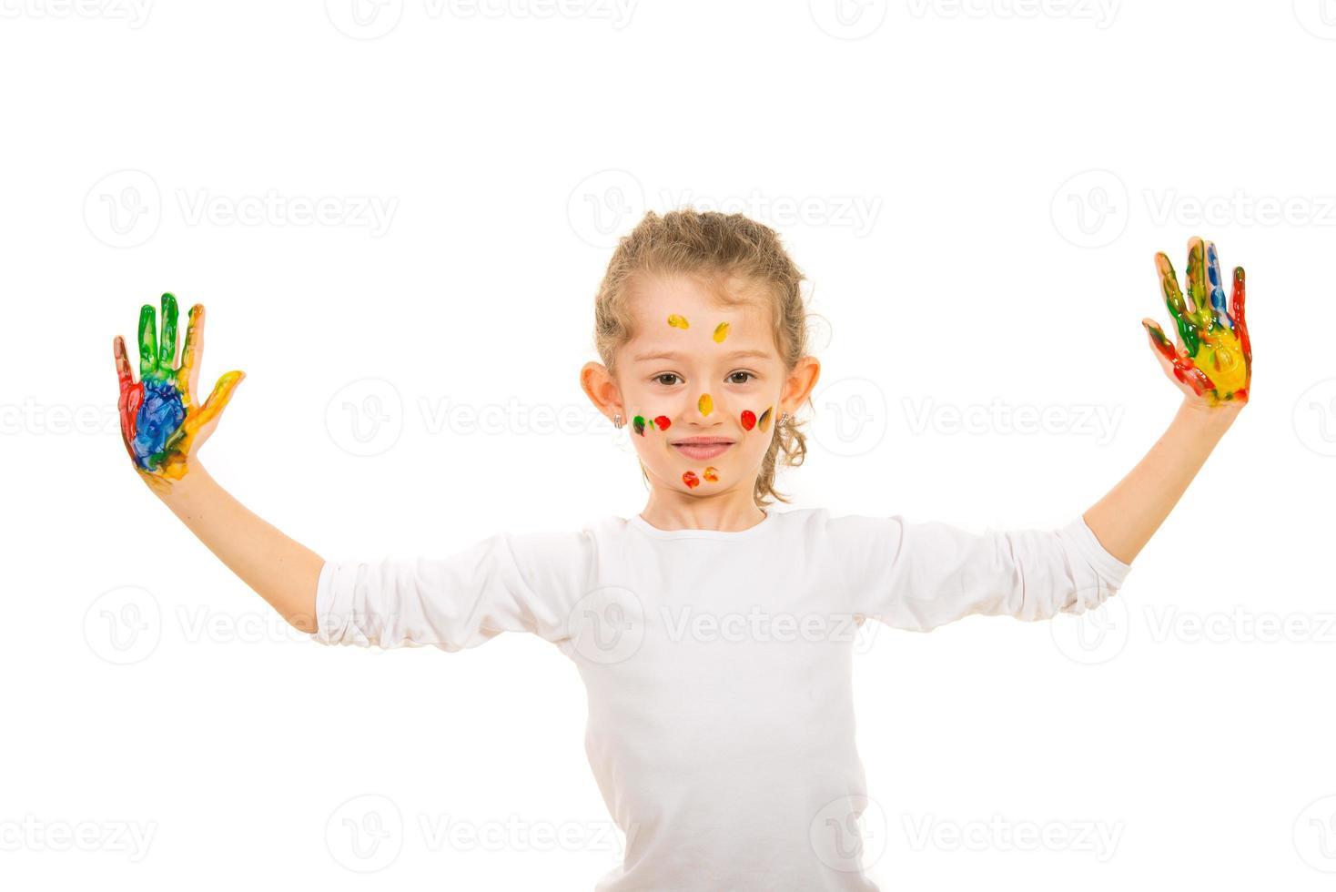 garota feliz mostrando as mãos pintadas foto