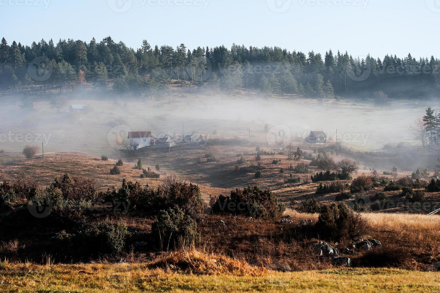 névoa na montanha foto