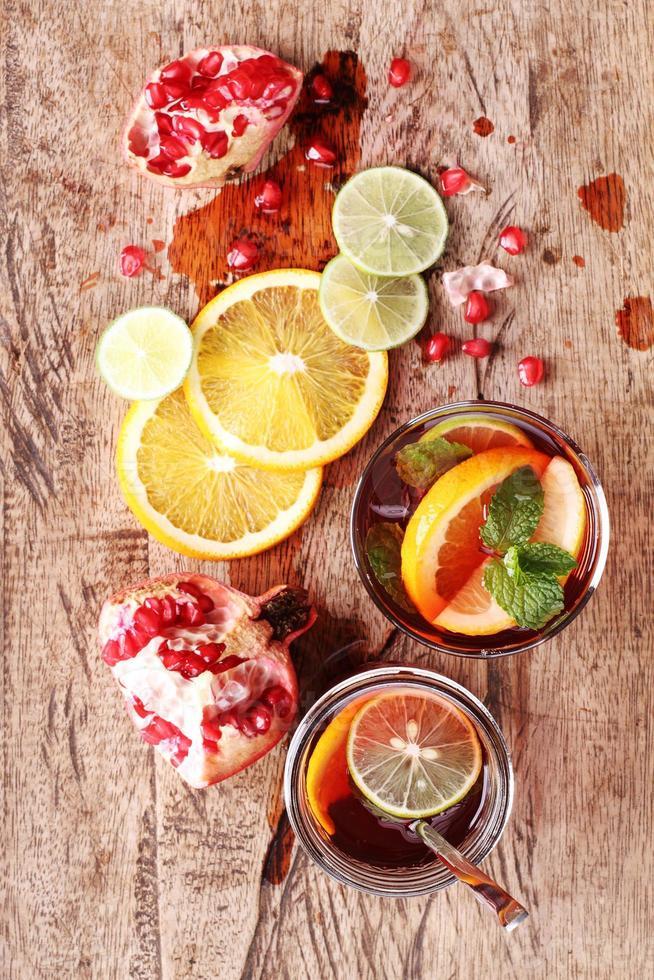 copo de suco de romã com frutas frescas foto