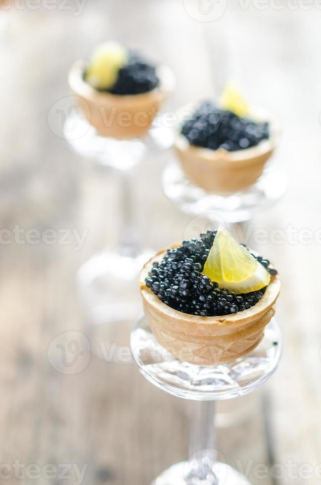 sanduíches com caviar preto foto