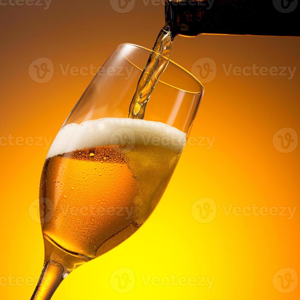 servindo cerveja alemã gelada em um copo foto