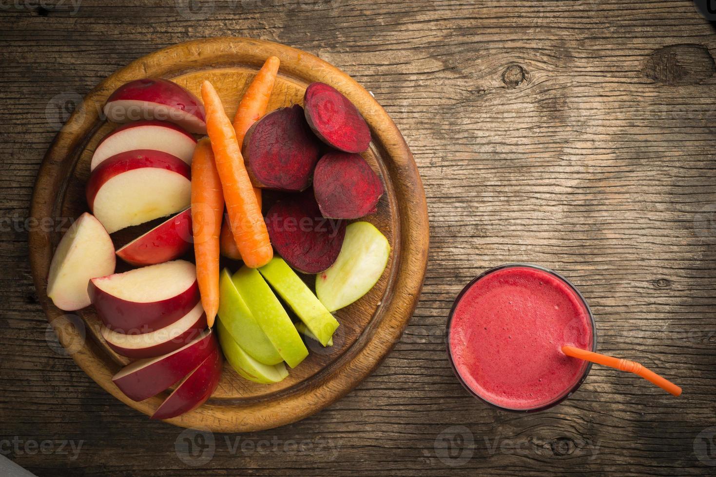 copo de suco de beterraba fresca, maçã e cenoura foto