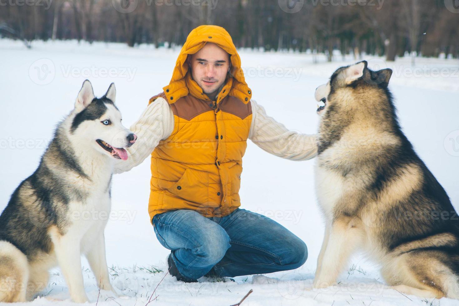 homem andando com cachorro, inverno com neve foto