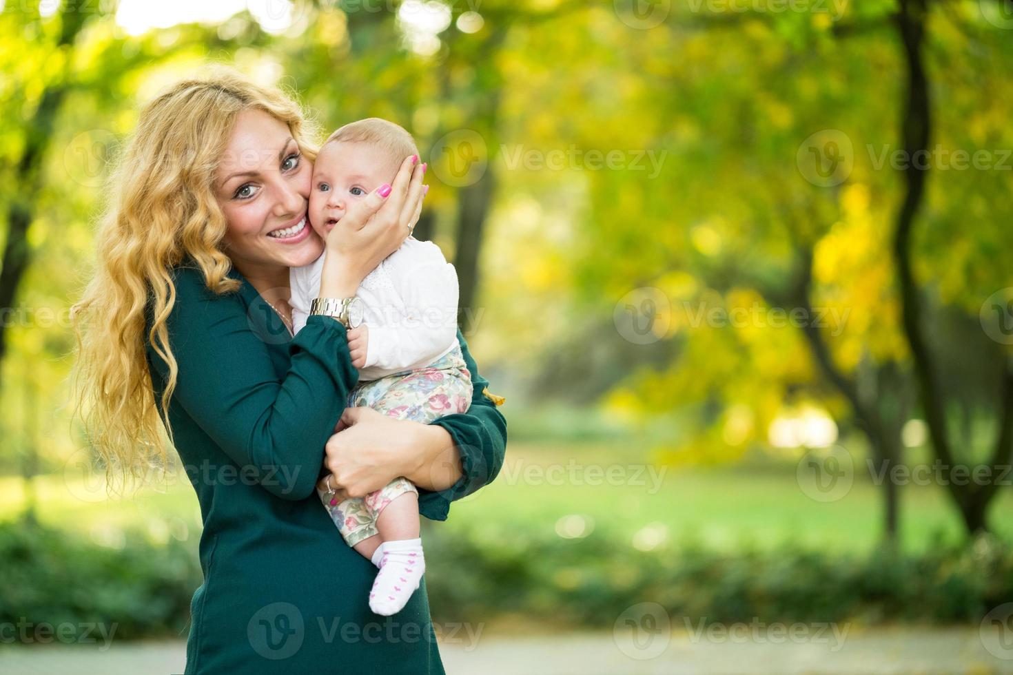 retrato de jovem mãe com bebê foto