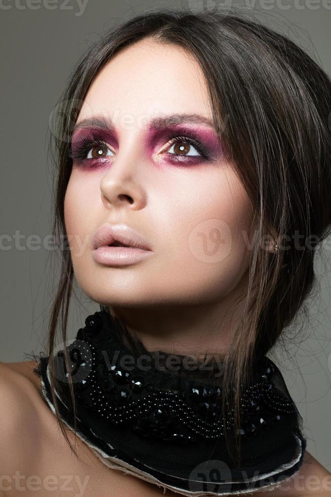 retrato de uma linda mulher morena com maquiagem de moda moderna foto