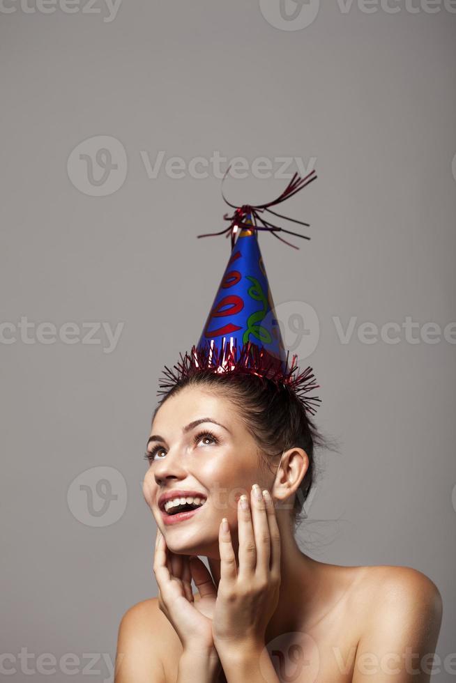 mulher linda usando boné de aniversário foto