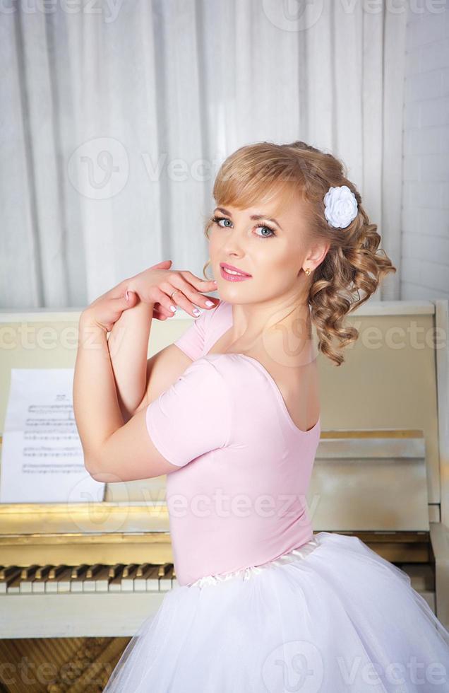 retrato de uma linda mulher loira com flores no cabelo foto