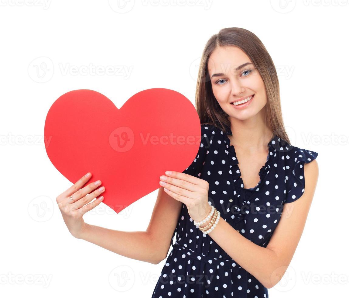 mulher feliz segurando um coração vermelho foto
