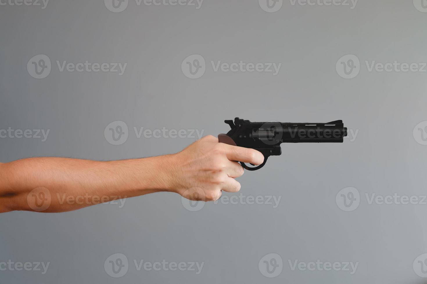homem asiático com uma arma. foto