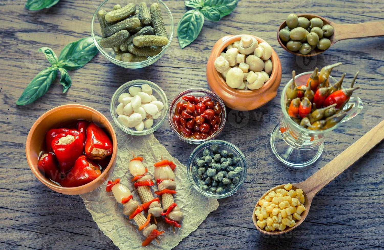 legumes em conserva no fundo de madeira foto