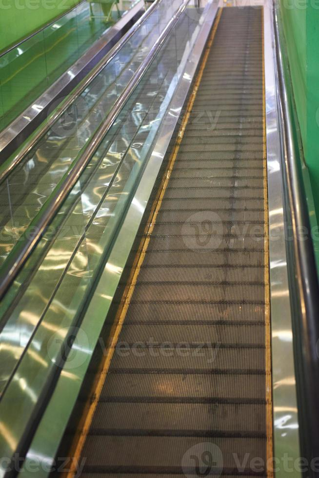 escada rolante vazia foto