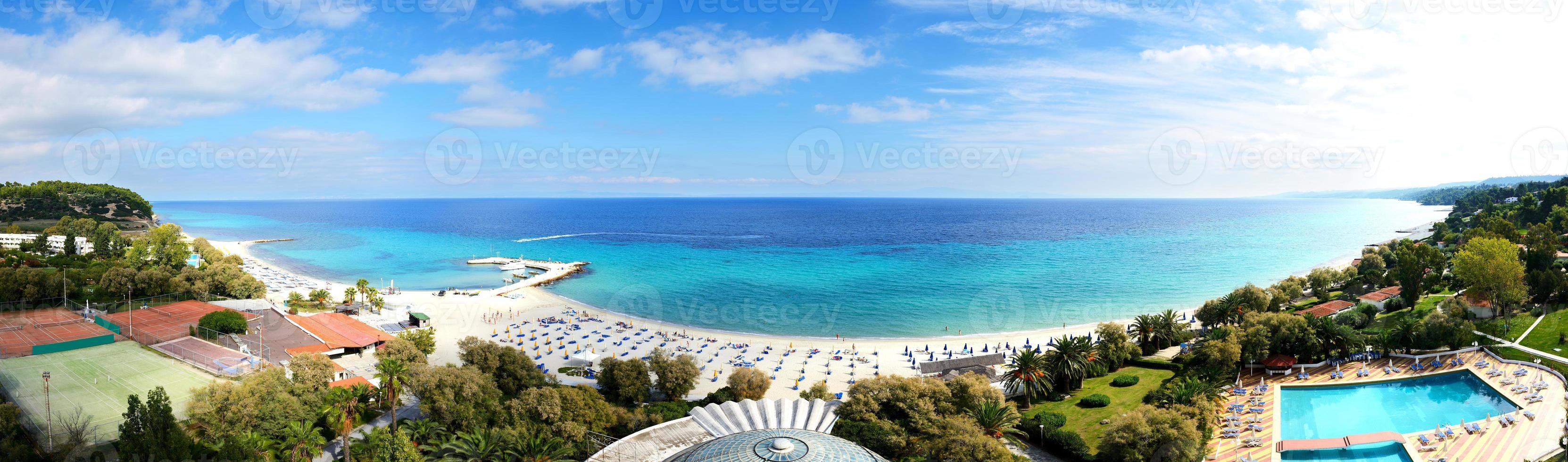 vista panorâmica na praia em hotel de luxo moderno foto