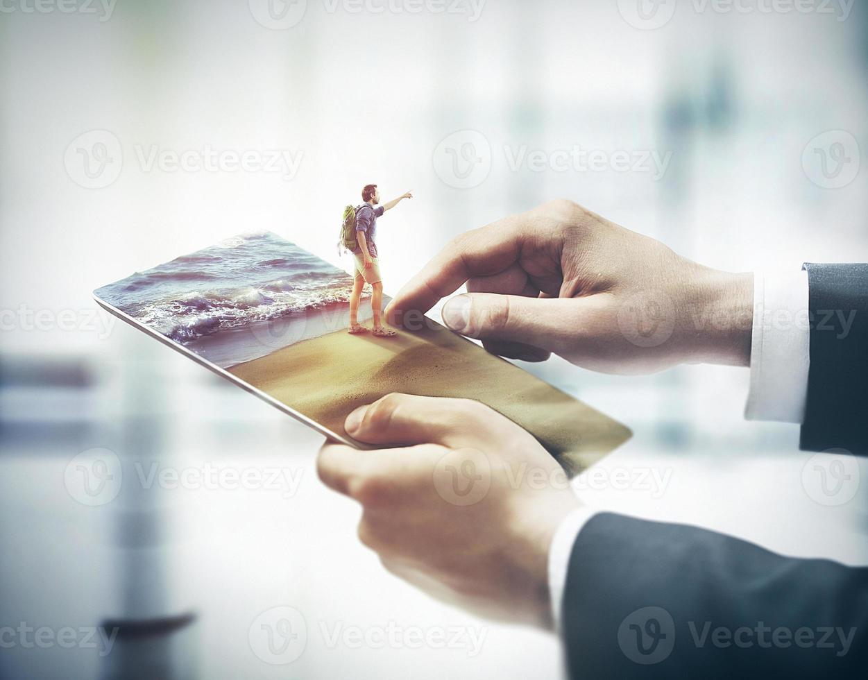 dedo tocando tablet digital, conceito de férias foto