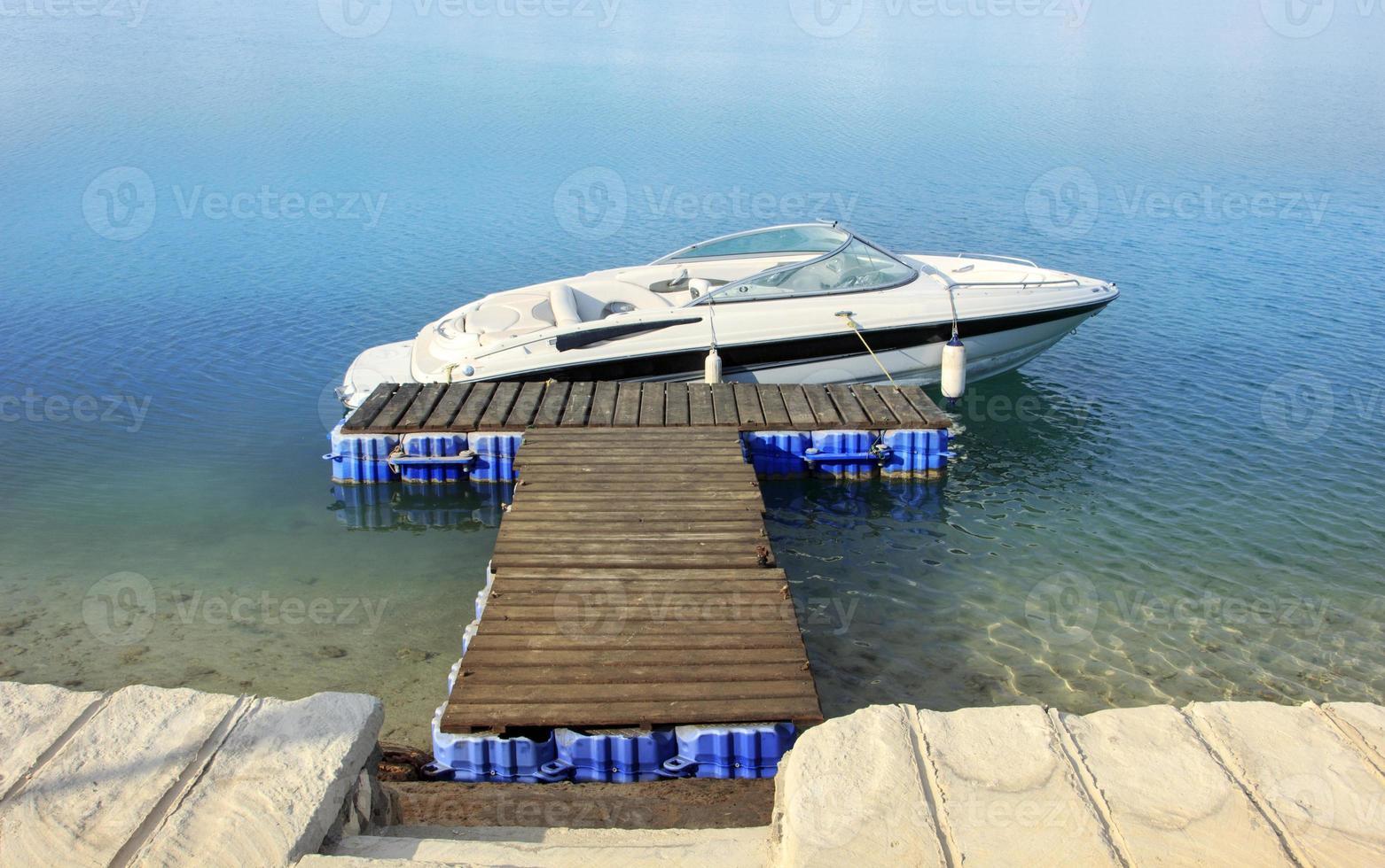 barco a motor ancorado foto