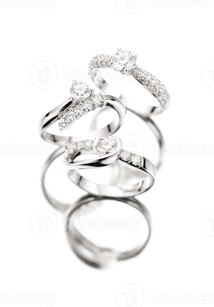 anéis de diamante com reflexo foto