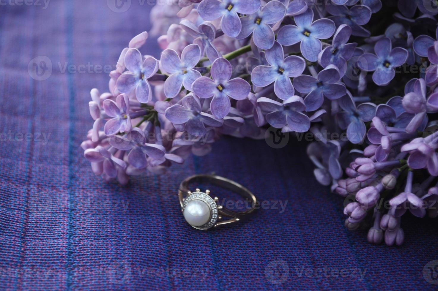 lilás e anel de casamento foto