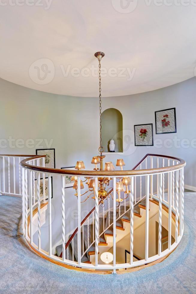 escada em espiral em casa luxuosa foto