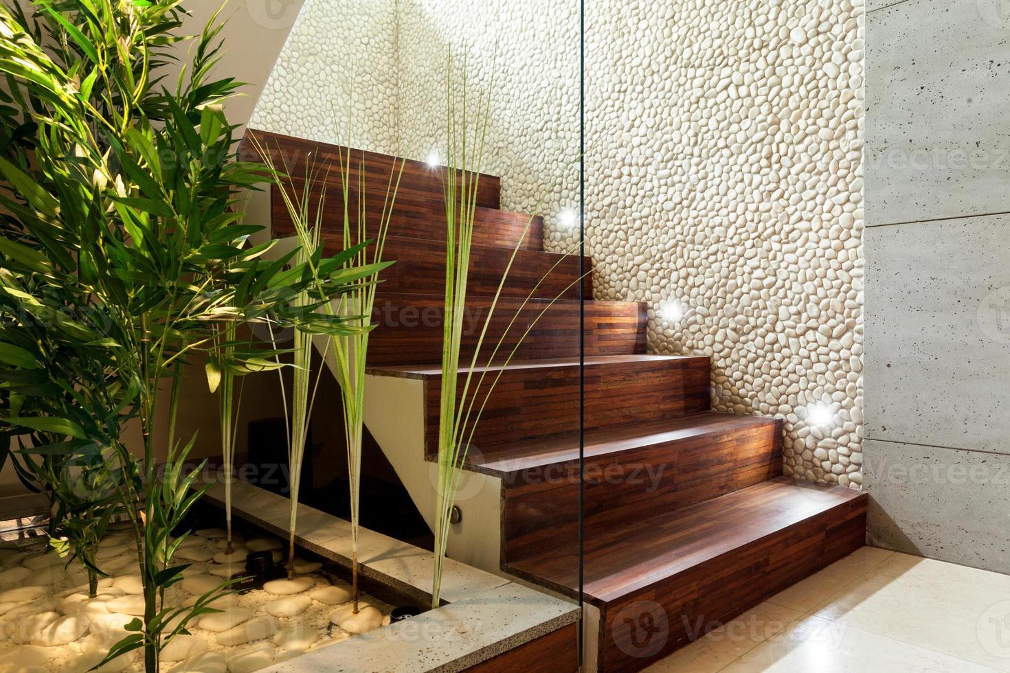 escada de madeira iluminada foto