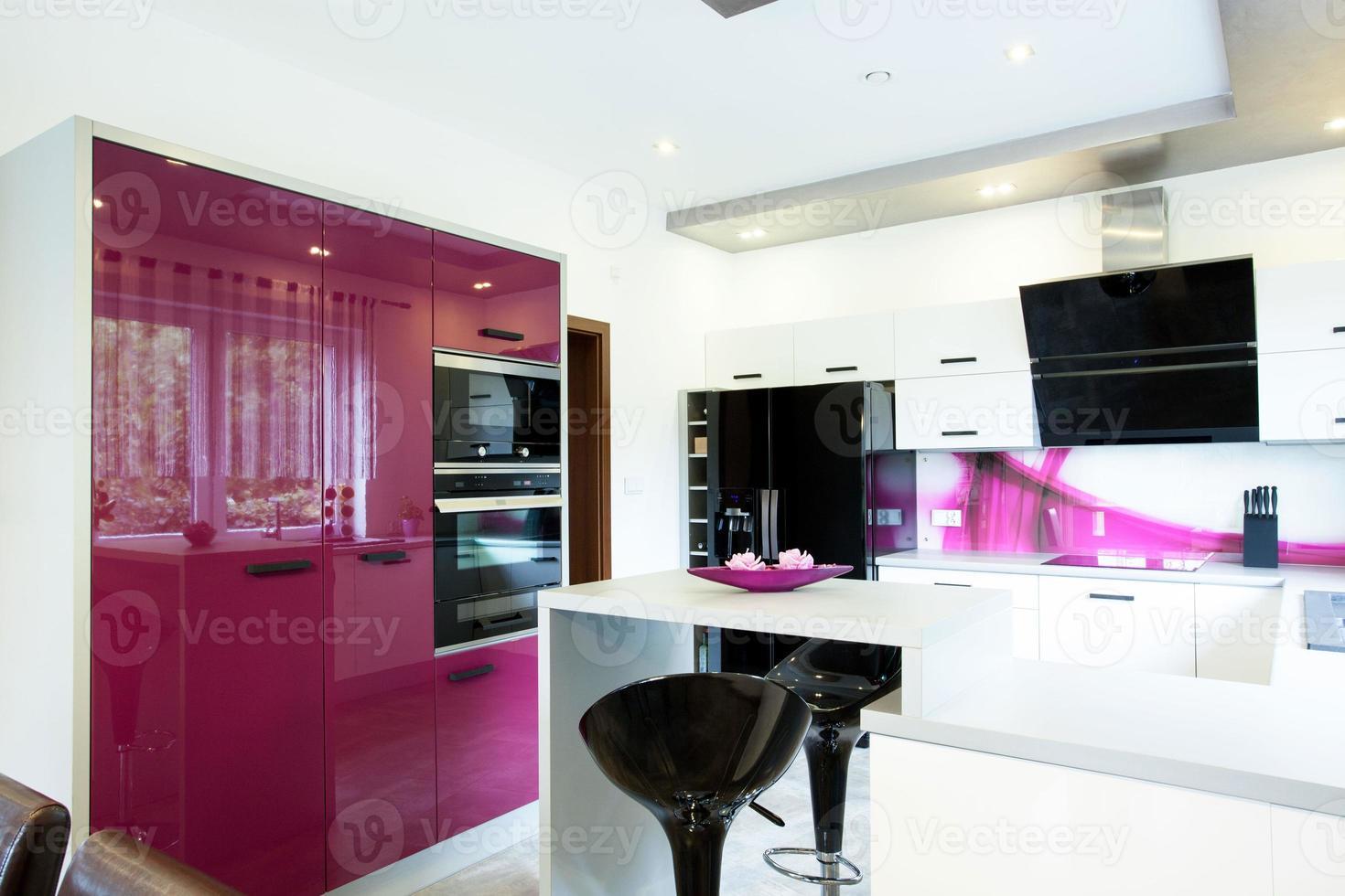 cozinha moderna com elementos roxos foto
