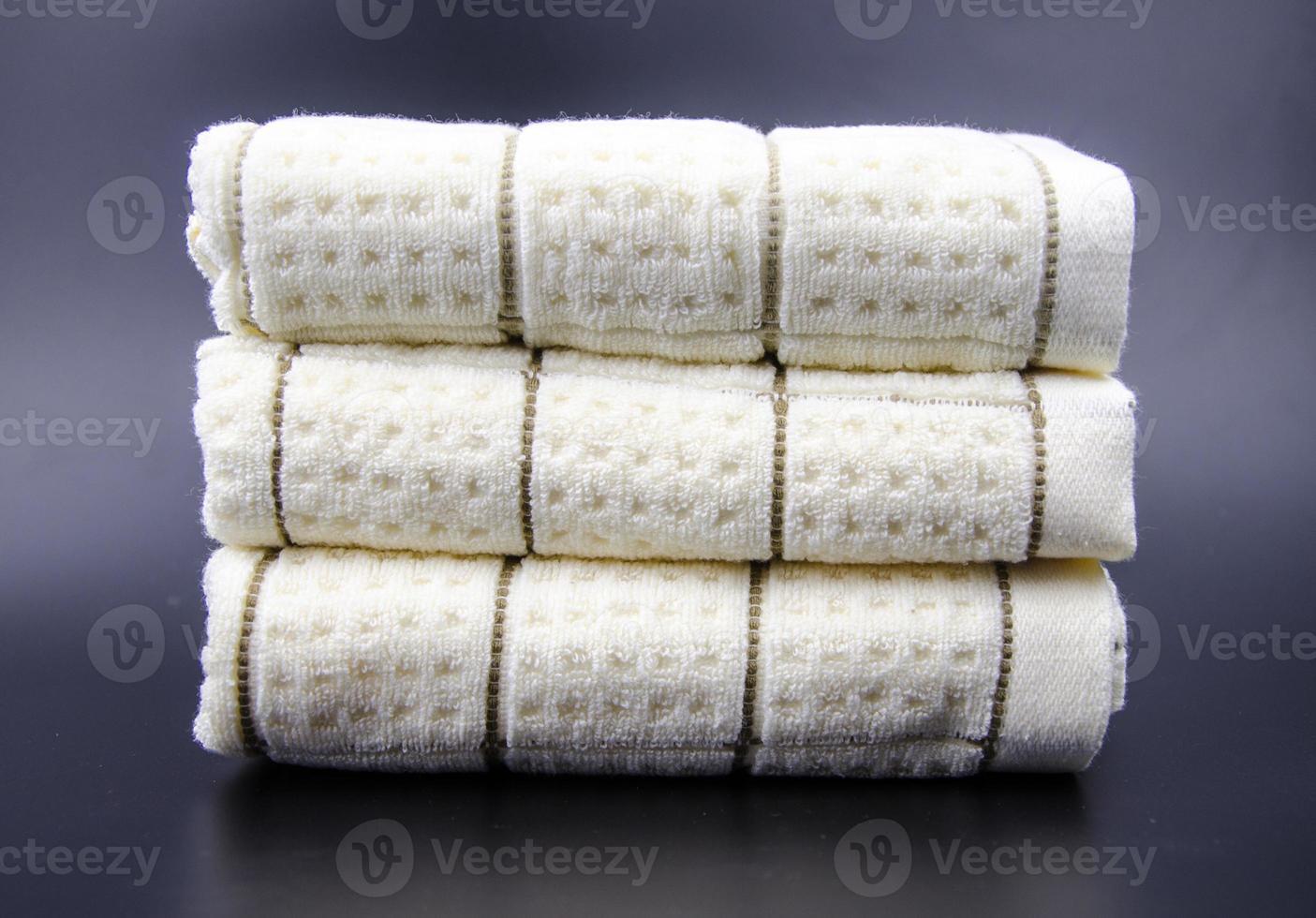 empilhado ordenadamente na toalha foto