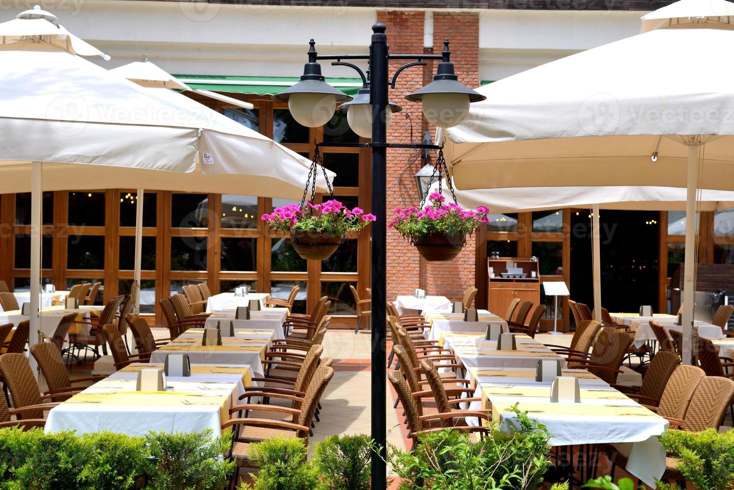 restaurante ao ar livre em hotel de luxo moderno, marmaris, turquia foto