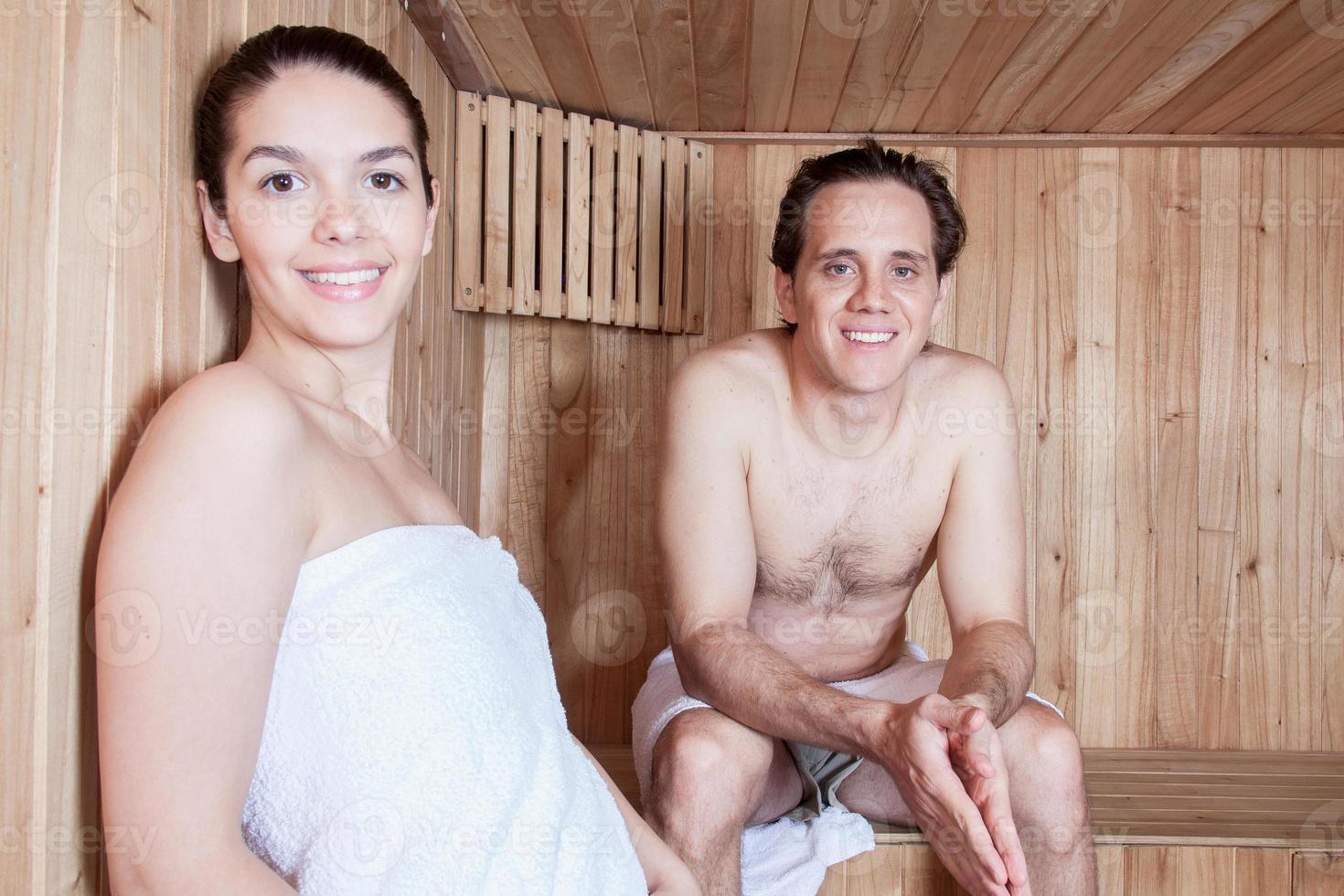 casal feliz relaxado dentro da sauna foto