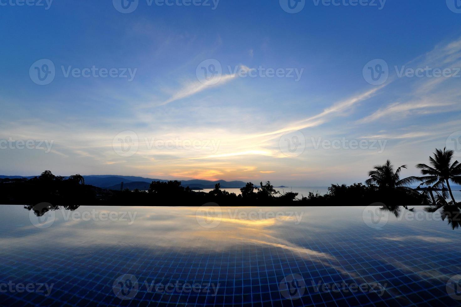 piscina infinita no topo de Ko Samui, Tailândia foto