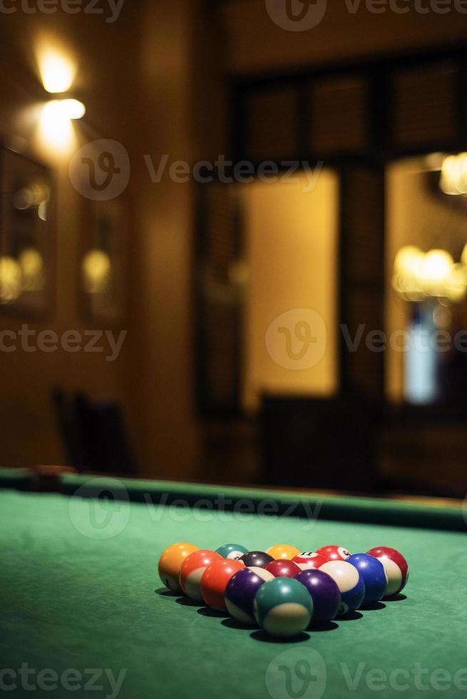 bolas de bilhar em mesa de bilhar em bar aconchegante foto