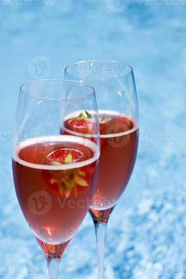 champanhe rosa e morangos na piscina foto