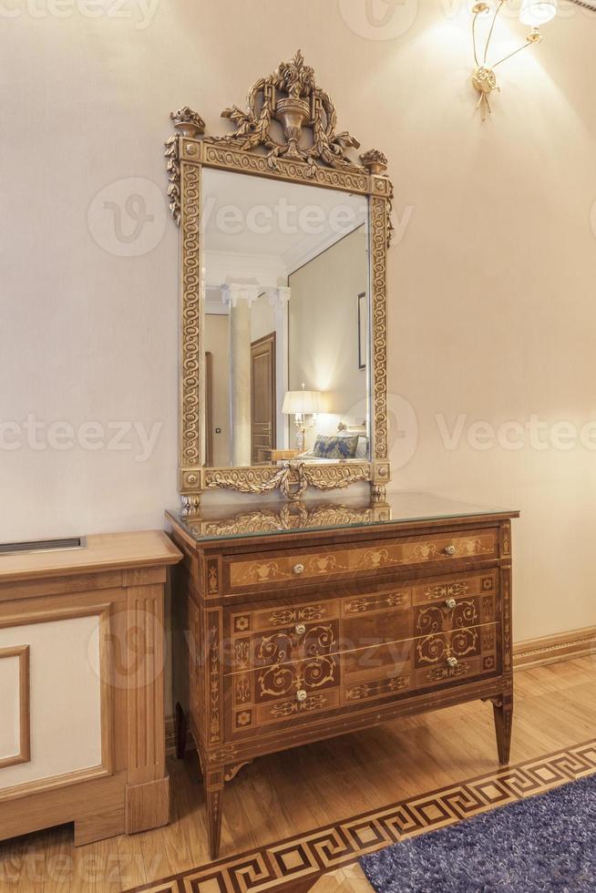 espelho antigo e armário em quarto de estilo clássico foto