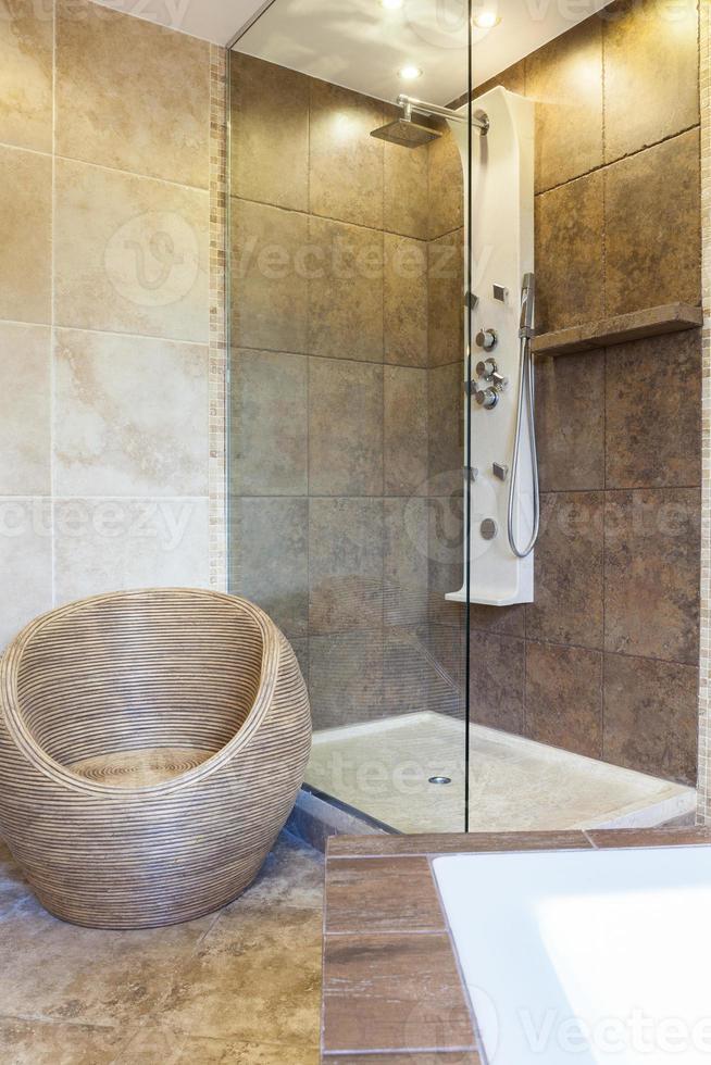 foto de banheira de chuveiro em banheiro moderno