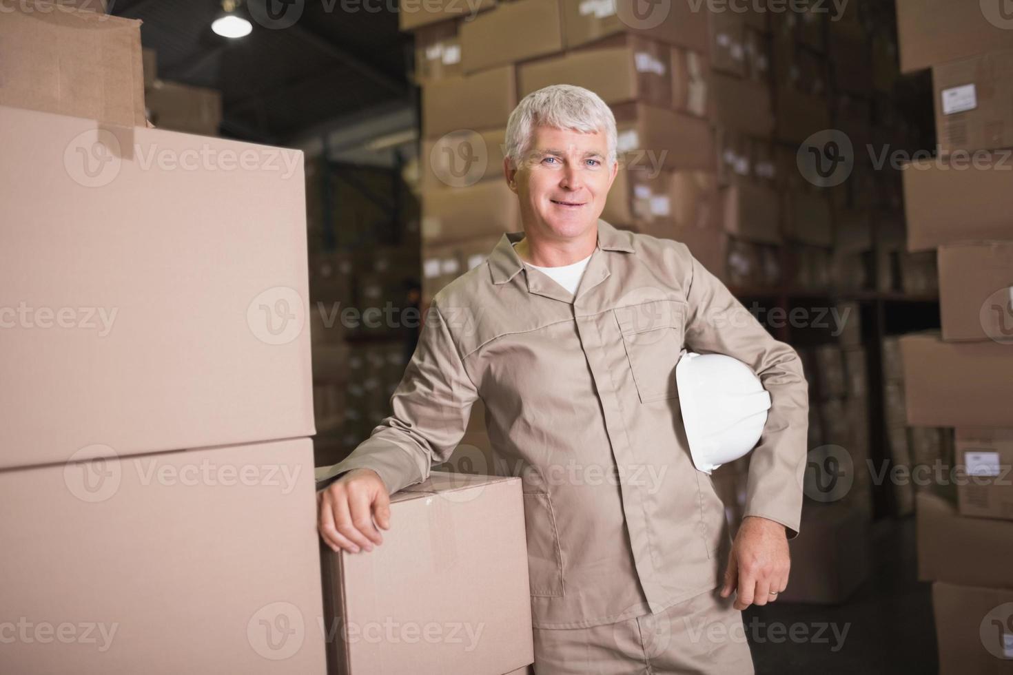 retrato de trabalhador confiante em armazém foto