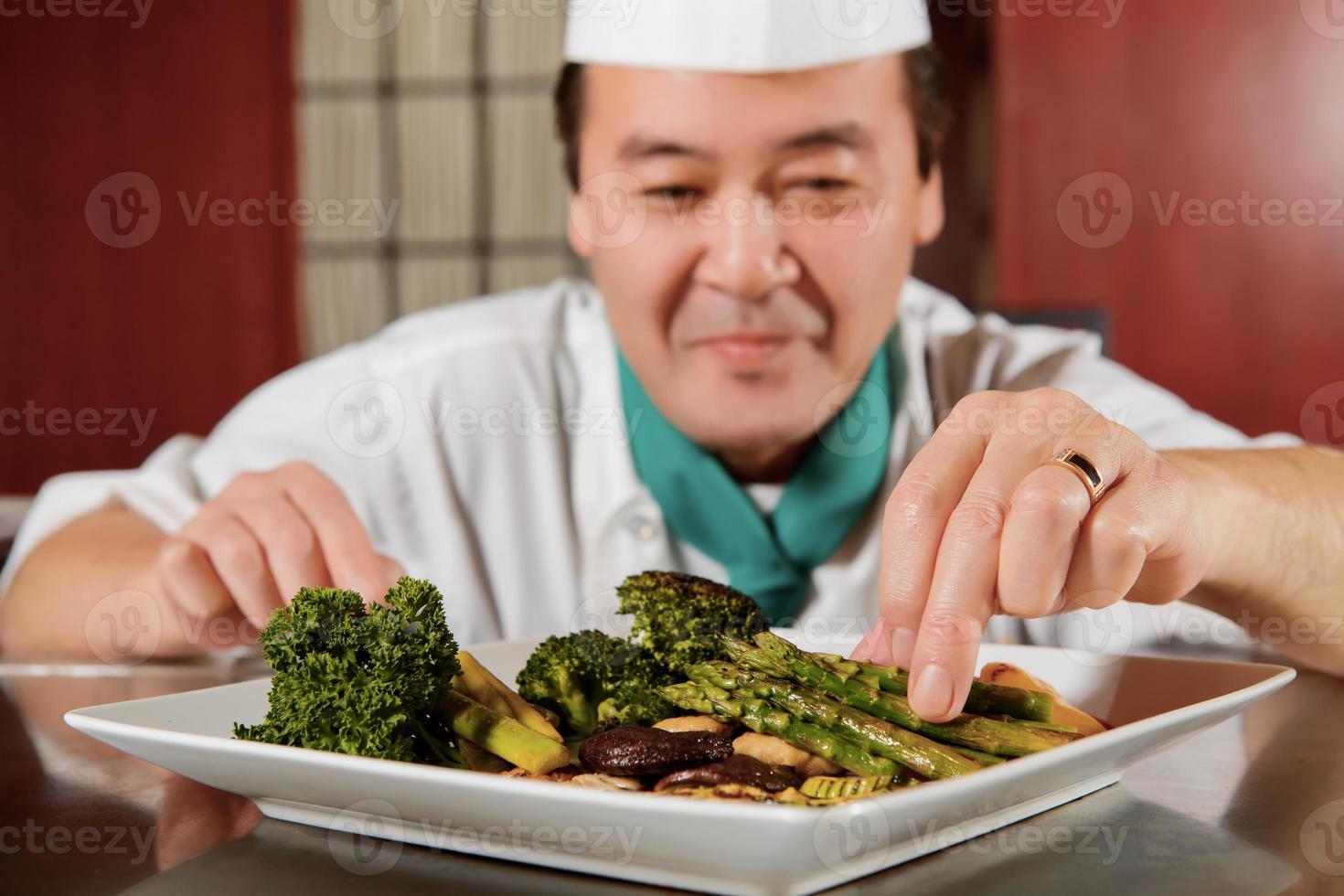 vegetais fritos cozidos pelo chef foto