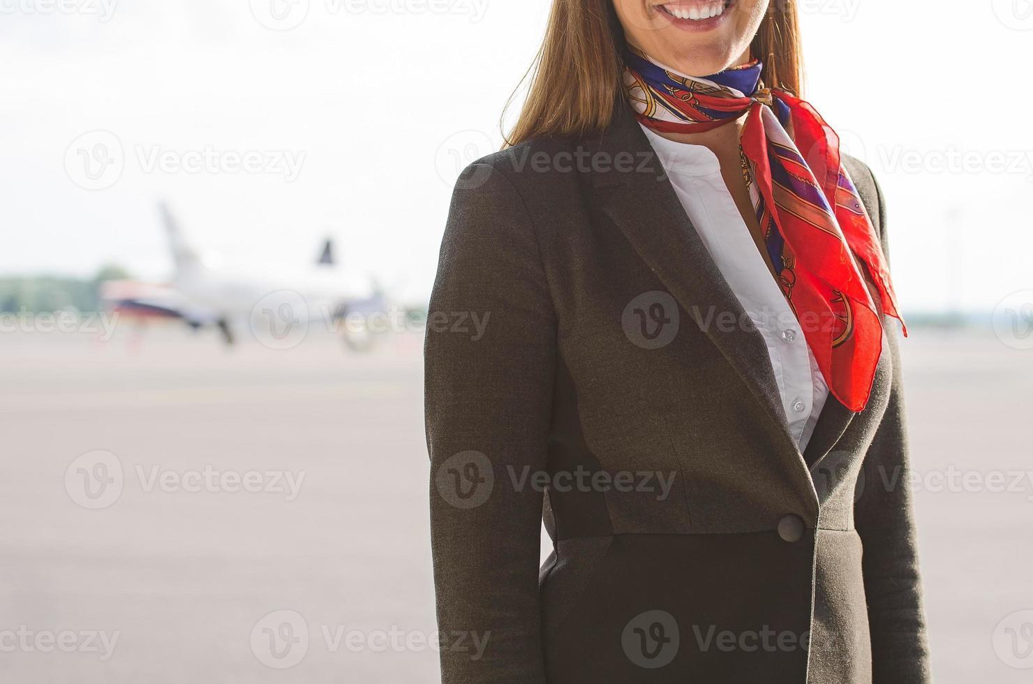 aeromoça no campo de aviação. lugar para o seu texto. foto