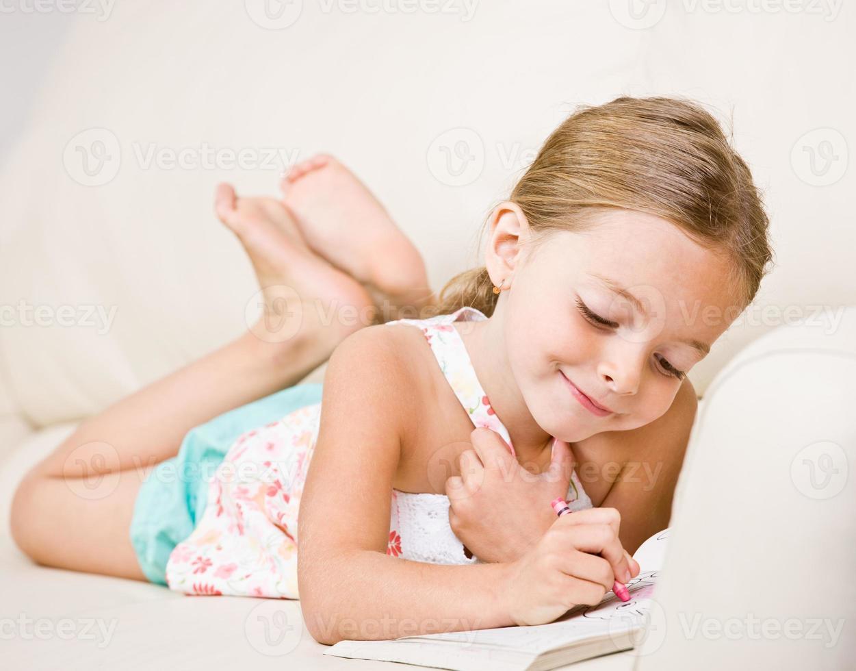 garota trabalhando em um livro para colorir foto