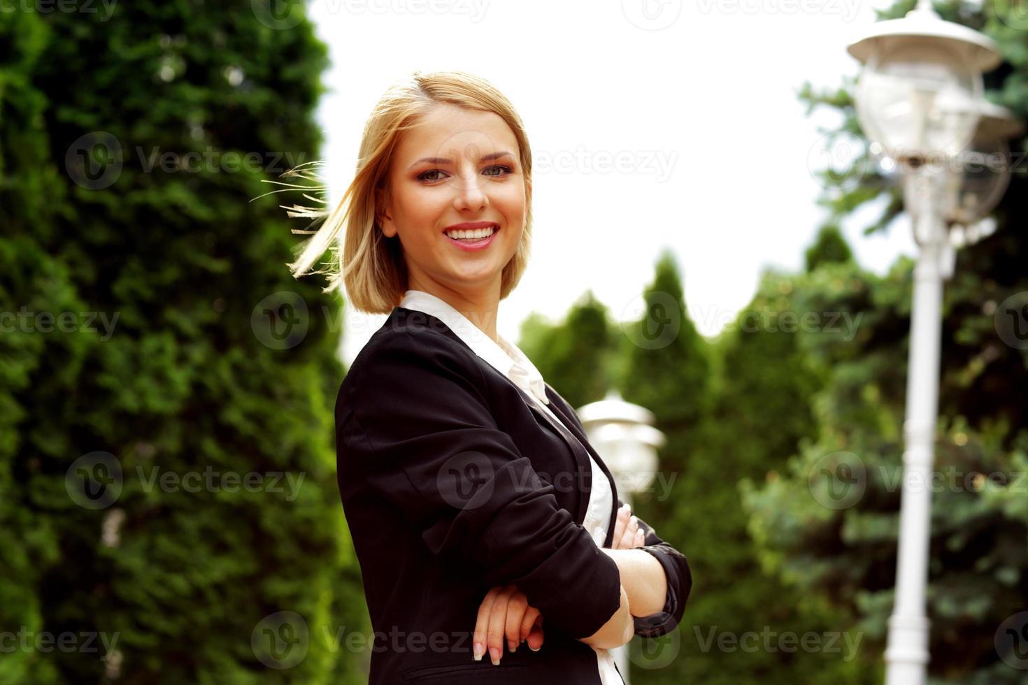 mulher atraente com os braços cruzados no parque foto