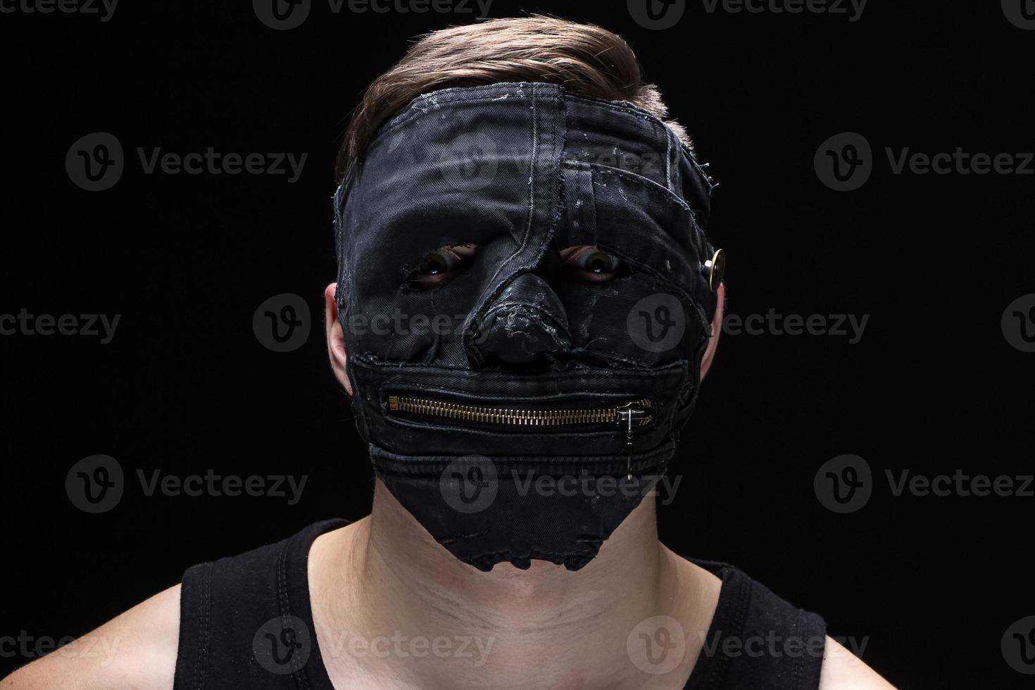 retrato do jovem em máscara artesanal foto