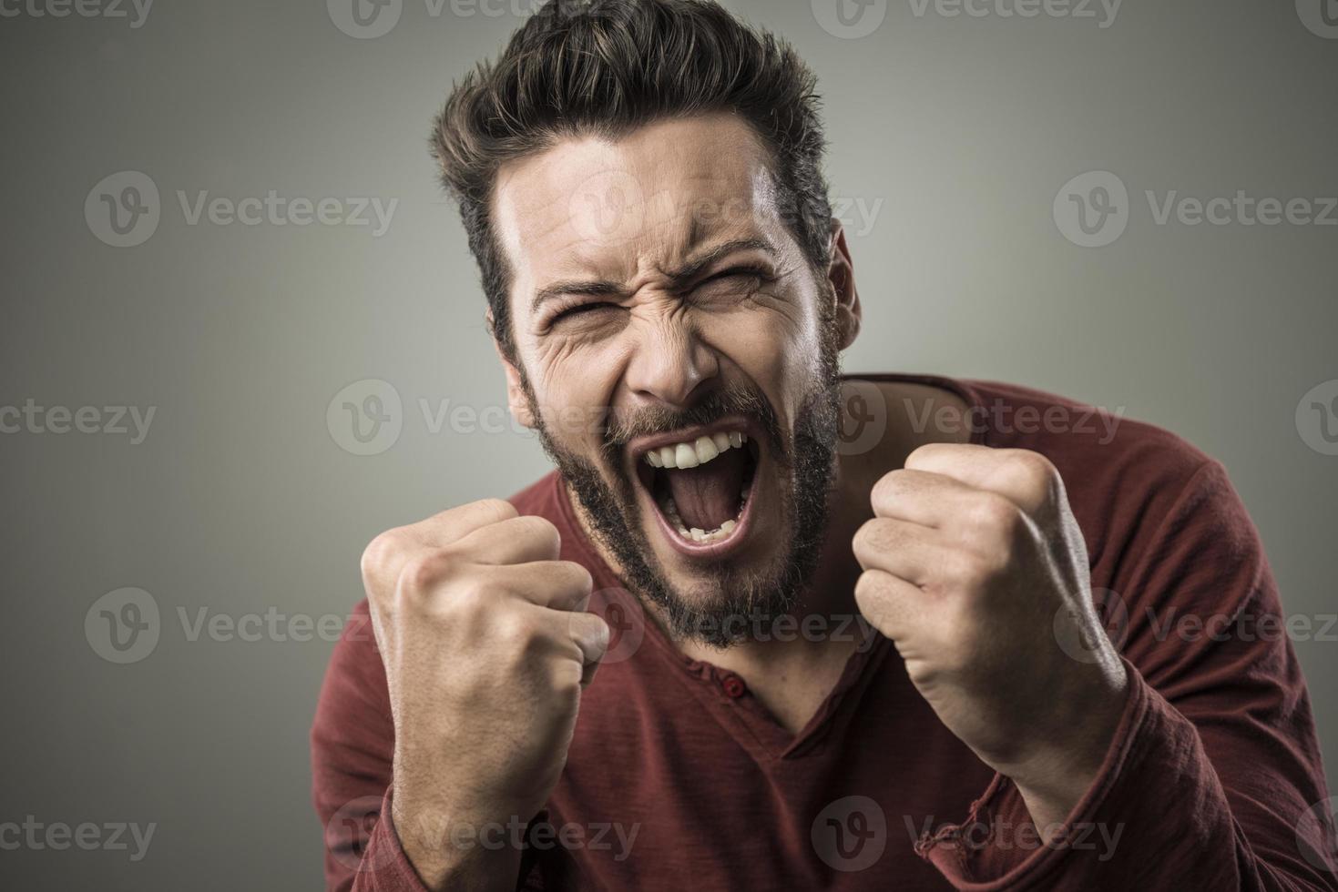 homem bravo gritando em voz alta foto