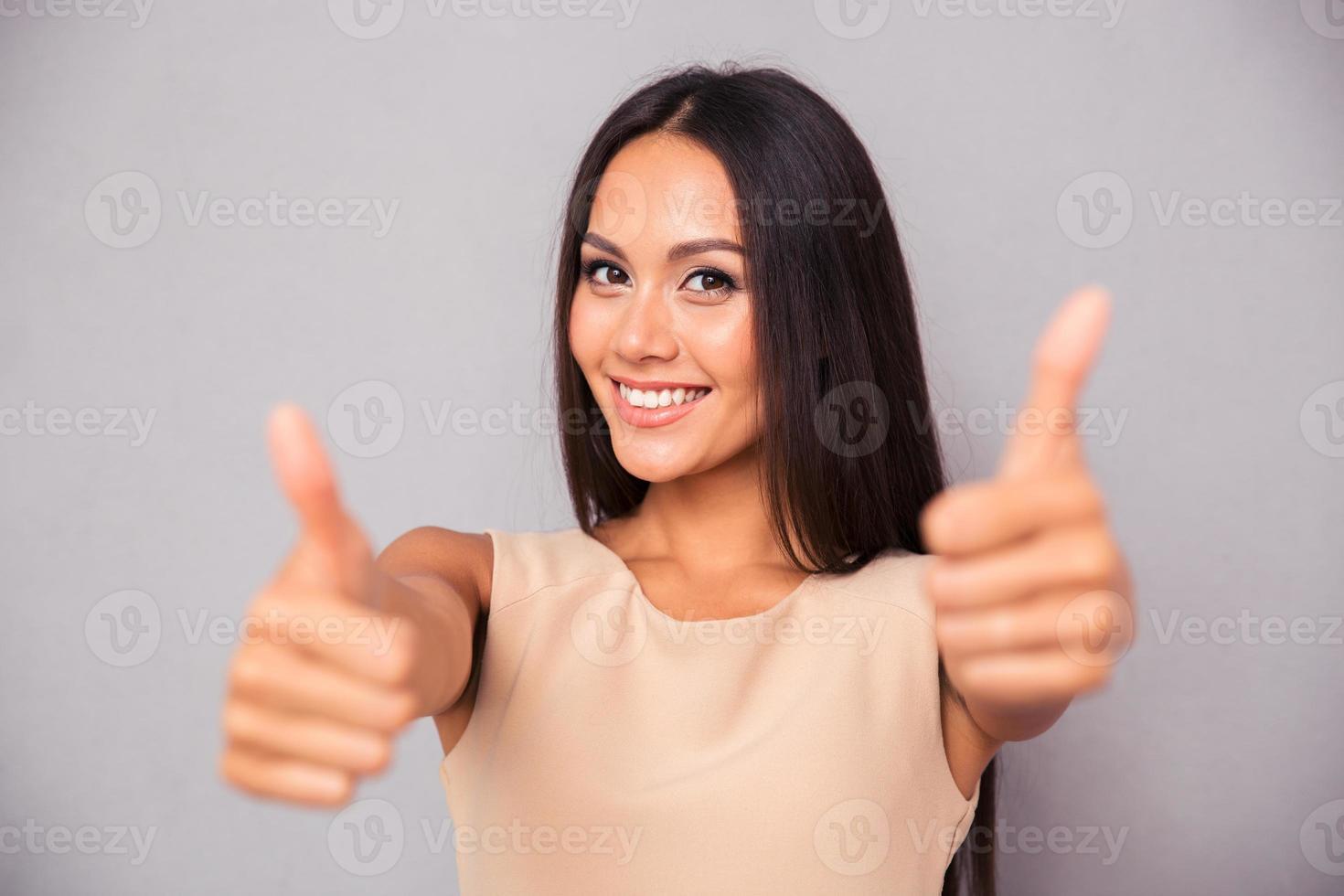 mulher sorridente, mostrando os polegares foto