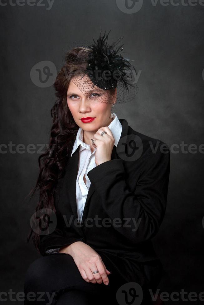a garota elegante com um chapéu com um véu. foto
