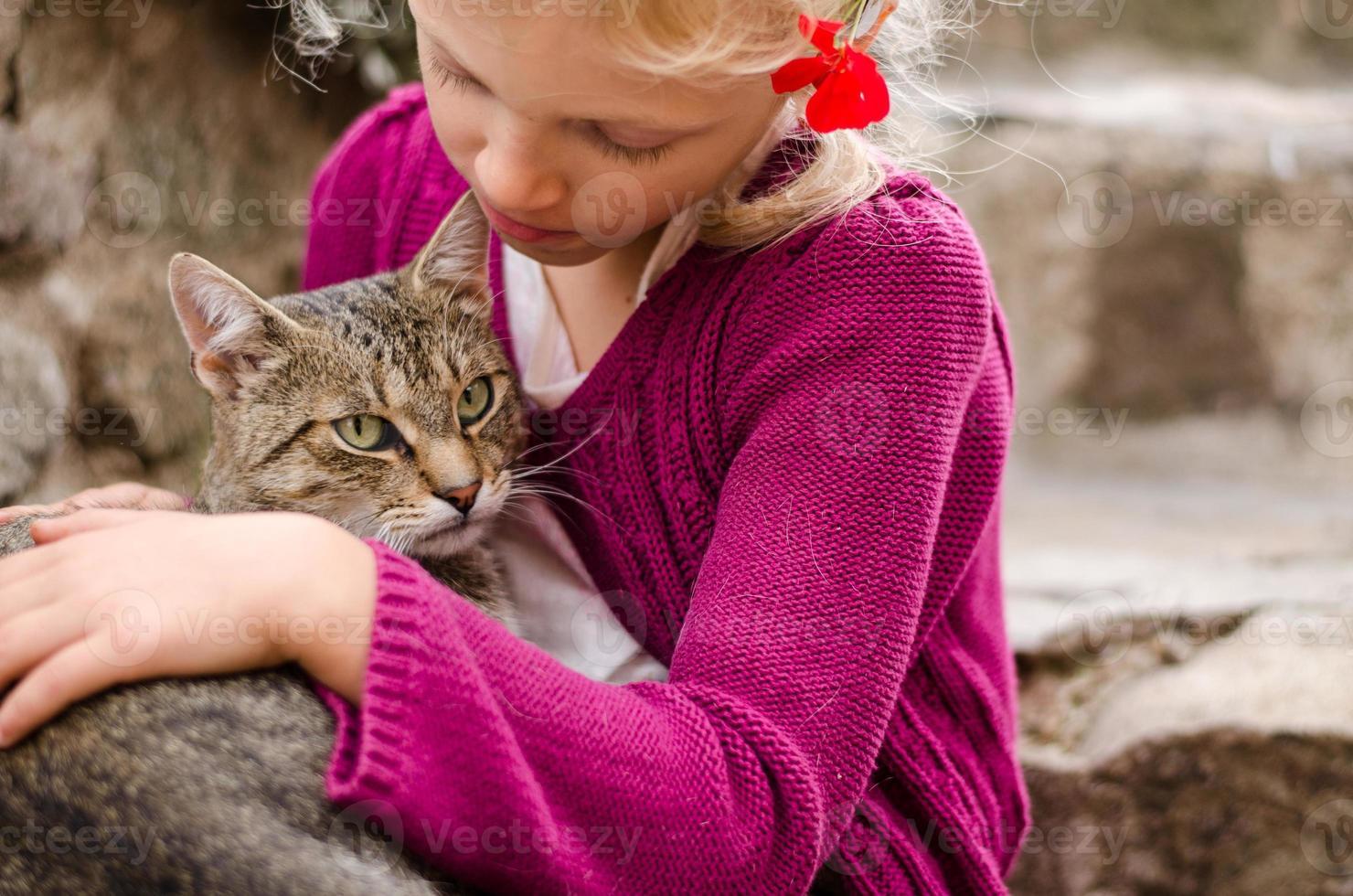amizade de menina e gato foto