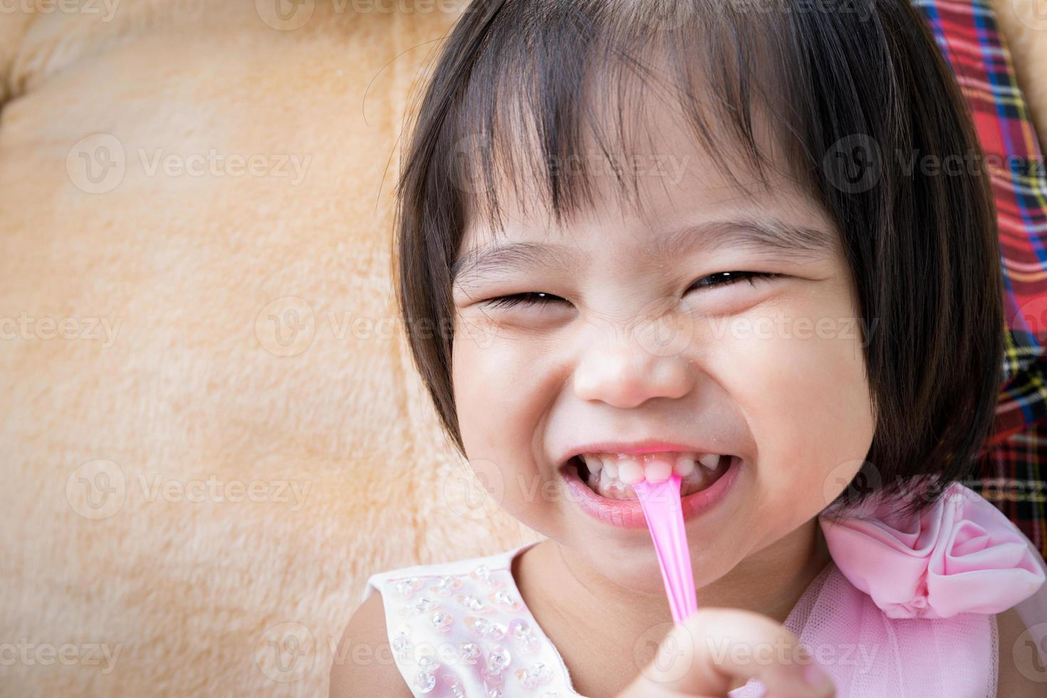 garotinha asiática feliz foto