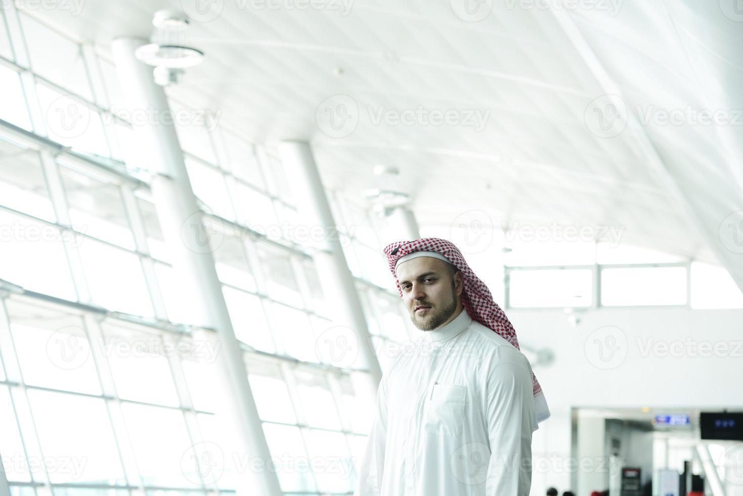 empresário árabe moderno no aeroporto foto