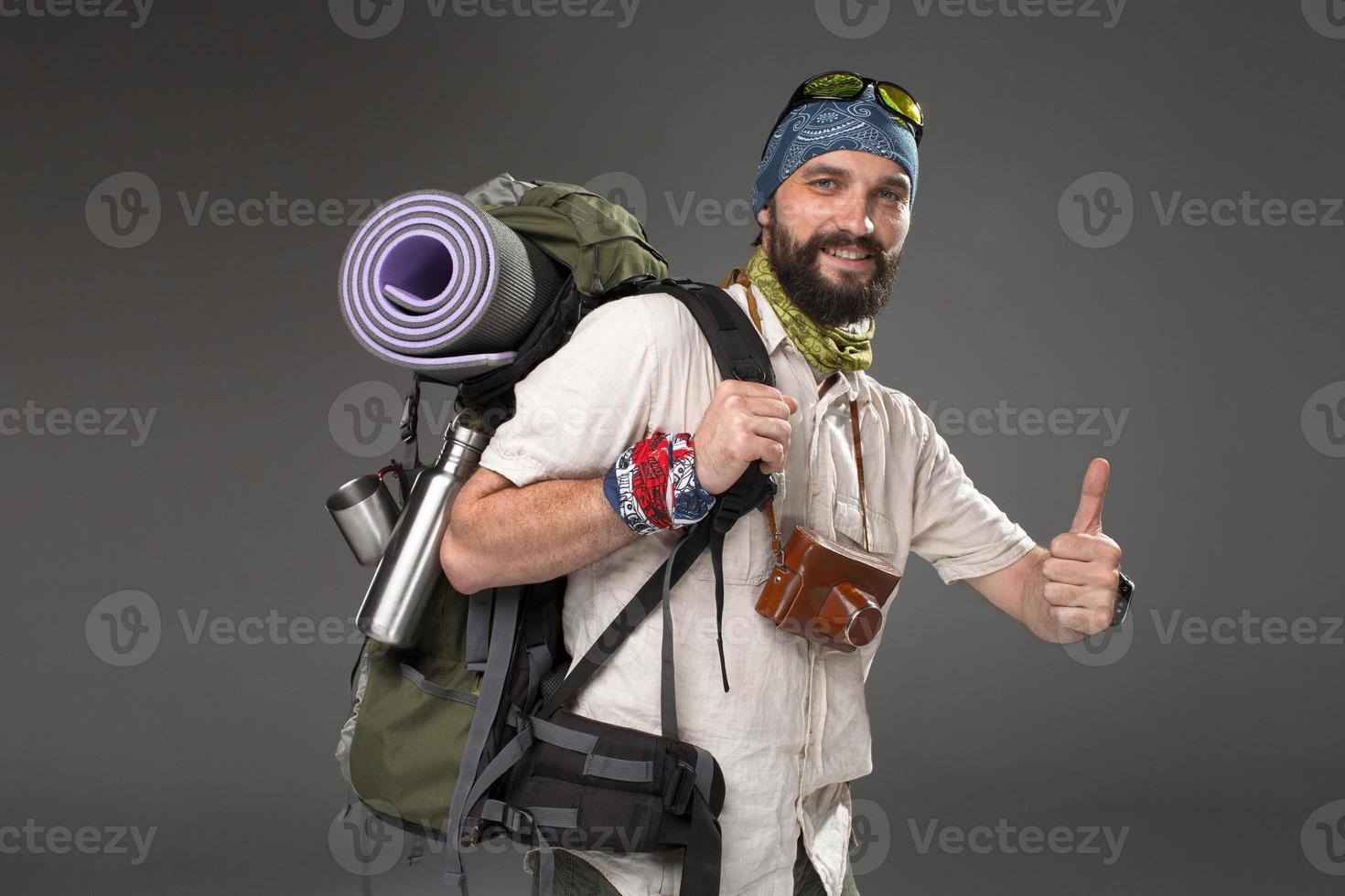 retrato de um homem sorridente turista totalmente equipado foto