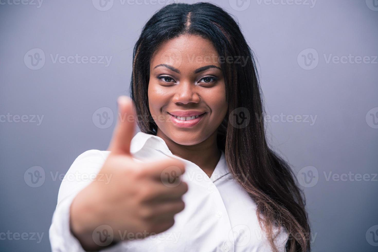 empresária africana aparecendo o polegar foto