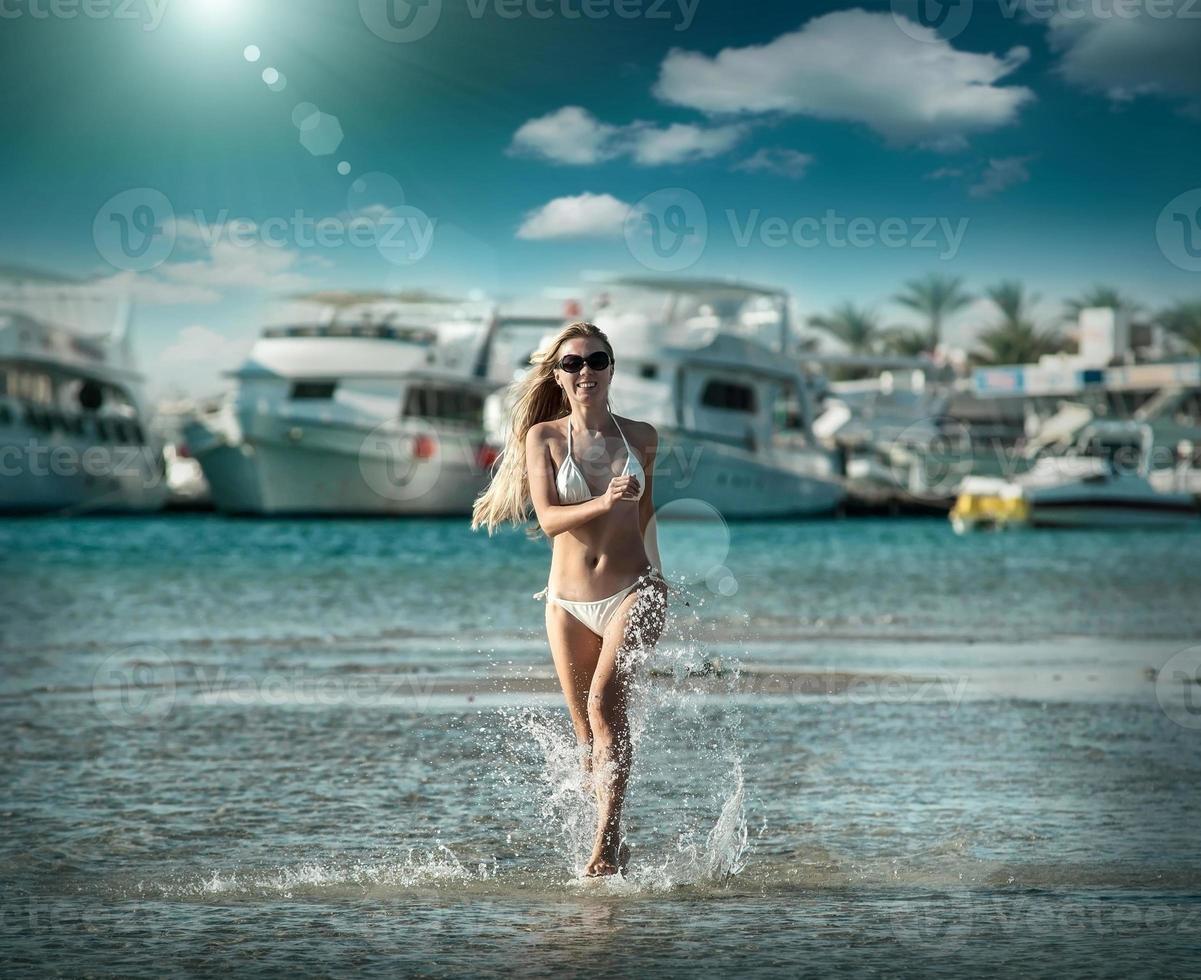 mulher correndo na praia, fundo de iates e foto