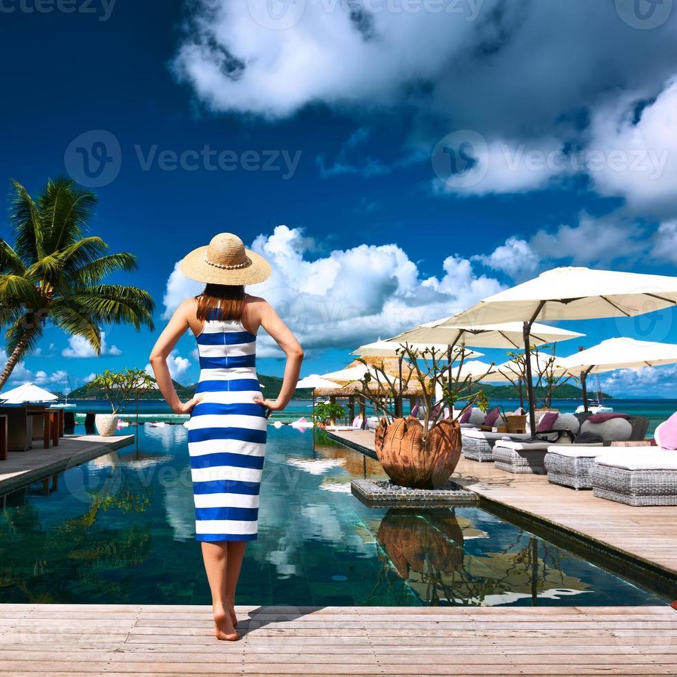 marinheiro de vestido listrado perto da piscina foto