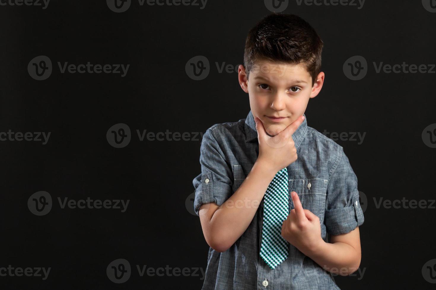 jovem rapaz confiante com a mão no queixo foto