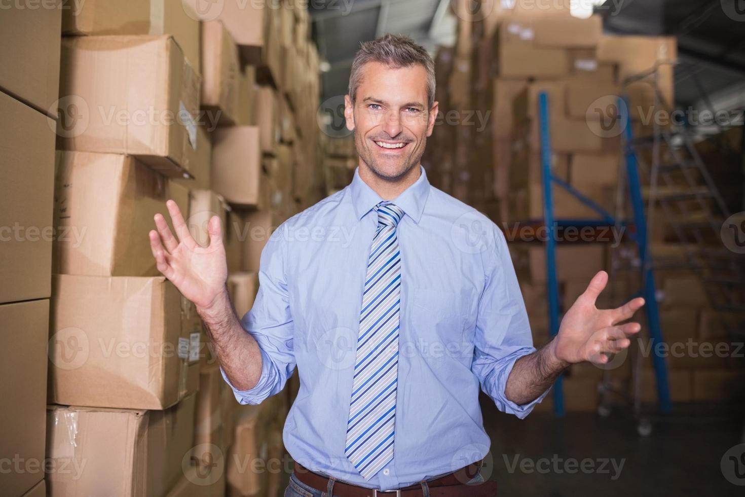 retrato de gerente sorridente em armazém foto